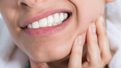 Vì sao không lấy tủy răng nhưng trồng răng sứ vẫn bị ê buốt?